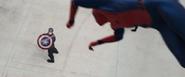 Spider-Man le quita su escudo al Cap
