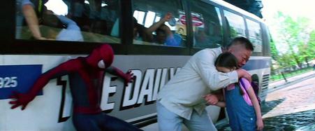 Spider-Man salvando civiles