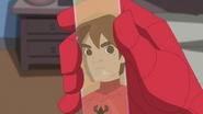 Peter Parker reflejando en el envase que tiene la formula - Natural Selection