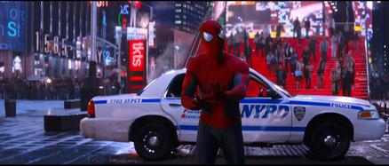 Spider-Man hablando con Max
