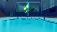 Electro a punto de caer en una piscina - Interactions