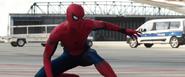 Spider-Man viendo al Capitán América