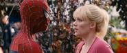 Gwen conociendo a Spider-Man