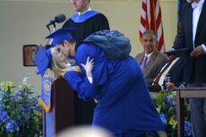 Peter besando a Gwen