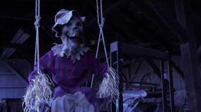 Swinging Scarecrow - Spirit Halloween