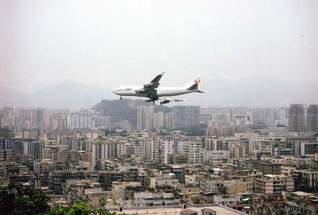 File:HKG Hong Kong a Jumbo Jet approaches Kai-Tak Airport.jpg
