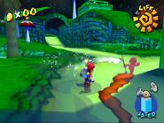 Mario persiguiendo a Mario Oscuro en la Aldea Foresta de Super Mario Sunshine