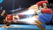 Diddy Konk usando su ataque fuerte lateral contra Mario en el Ring de boxeo SSB4 (Wii U)