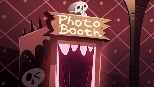 File:S2E19 Photo booth in Tom's carriage.png