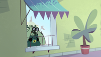 S1E3 Buff Frog spying on Star Butterfly