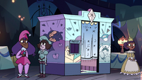 S3E34 Exterior view of the photo booth
