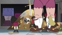S3E20 Star and Marco climbing the giant legs