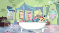 Star in bathtub S1e21