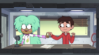 S4E16 Kelly giving Marco a thumbs-up