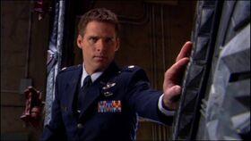 SG1-9x01-Cameron Mitchel touche la Porte des étoiles
