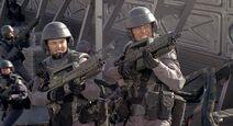 Starship-troopers-shooting-bugs
