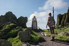 Rey returns lightsaber TLJ