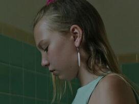 Isabelle Nélisse as Girl in Bathroom