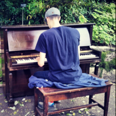 <b>Surasshu</b> cântând la pian 🎹.