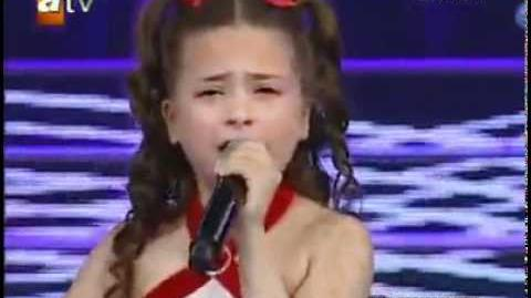 Turkish girl who cried millions have high sense and beautiful voice, lost her mother for 3 months