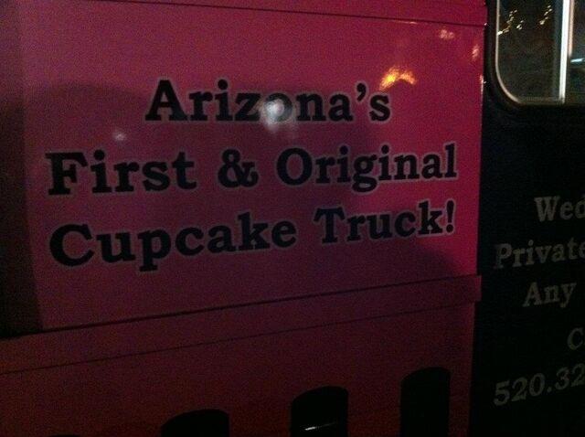 File:2 cupcakes 02.jpg