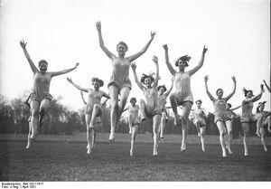Bundesarchiv Bild 102-11617, Hannover, Schülerinnen der Logis-Schule