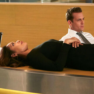 Harvey com Jessica após perderem vários funcionários.