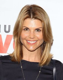 Lori-Loughlin-at-the-Makeovers-For-Mutts-Fundraiser-2013--03-560x717
