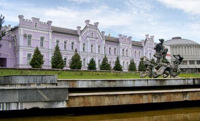 Перша жіноча гімназія з боку Псла та фонтан Садко (2000-і?)