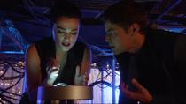 Уинн и Лена пытаются починить генератор