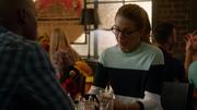 Кара беседует с Джеймсом в кафе
