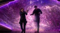Алекс и Уинн проходят через портал