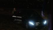 Кэт Грант выходит из машины и видит Супергёрл
