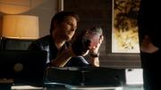 Максвелл Лорд осматривает руку робота