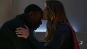 Кара целует Дж'онна в лоб
