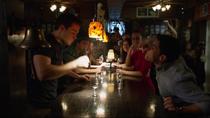 Уинн и Мон-Эл напиваются в баре