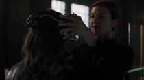 Лилиан Лютор надевает Каре на голову шлем, поглощающий энергию