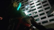 Алекс пронзает Астру криптонитовым мечом