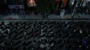 Марширующая толпа людей