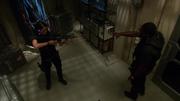 Алекс приказывает Хеншоу бросить оружие