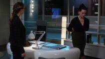 Кара видит, как арестовывают Лену