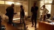 Хэнк и Алекс решают, стоит ли для спасения Кары использовать устройство виртуальной реальности