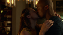 Кара целует Джеймса