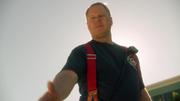 Пожарный протягивает руку Супергёрл
