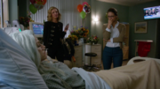 Кэт и Кара навещают Лесли в больнице