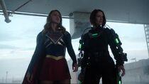Кара и Алекс вместе сражаются против Металло