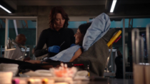 Алекс зашивает рану Мэгги
