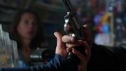 Преступник отдает Каре свой пистолет