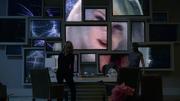 Лесли Уиллис появляется на всех экранах кабинета Кэт