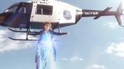 Кара прикрывает вертолет собой